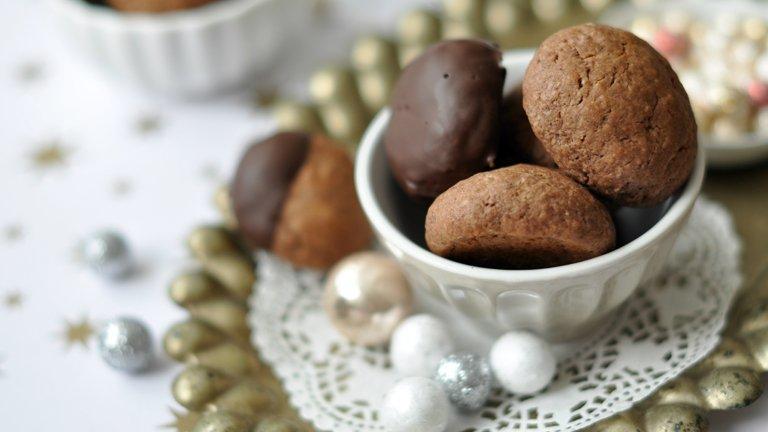 Ezt ki kell próbálnod: isteni mézespuszedli csokiba mártva